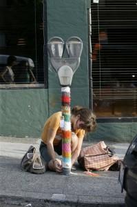 Eine Urban Knitterin bei ihrer klandestinen Arbeit.