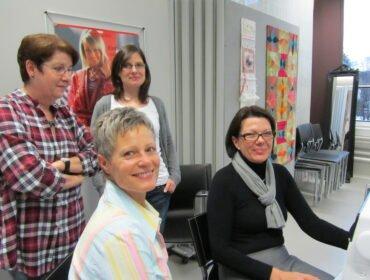 Die Siegerinnen, zusammen mit Nähmaschinen-Expertin Regina Klaus