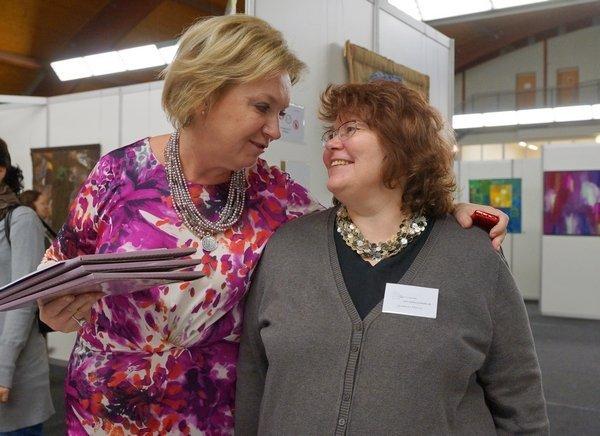Die Veranstalterin Jana Sterbova und Gudrun Heinz