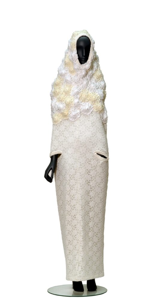 Rei Kawakubo Damenkleid Comme des Garçons, Tokio, Frühling/Sommer 2012, Vorderansicht Eigentum der Stiftung für die Hamburger Kunstsammlungen Foto: Maria Thrun
