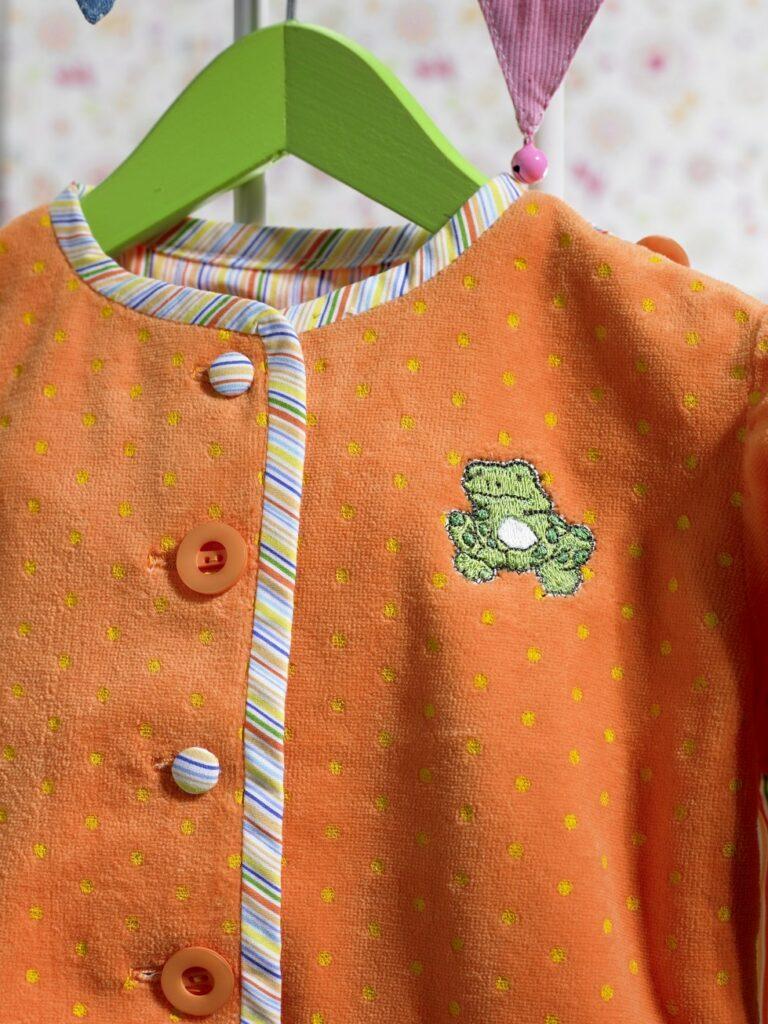Baby-Jacke, Knopfleiste und Stickerei