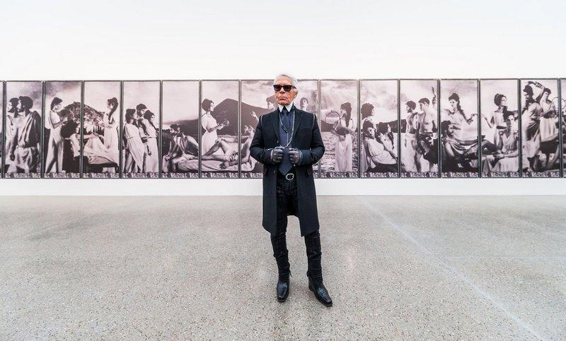 Karl Lagerfeld In der Ausstellung im Museum Folkwang 2014 KARL LAGERFELD Parallele Gegensätze Fotografie – Buchkunst – Mode © Museum Folkwang, Sebastian Drüen, 2014
