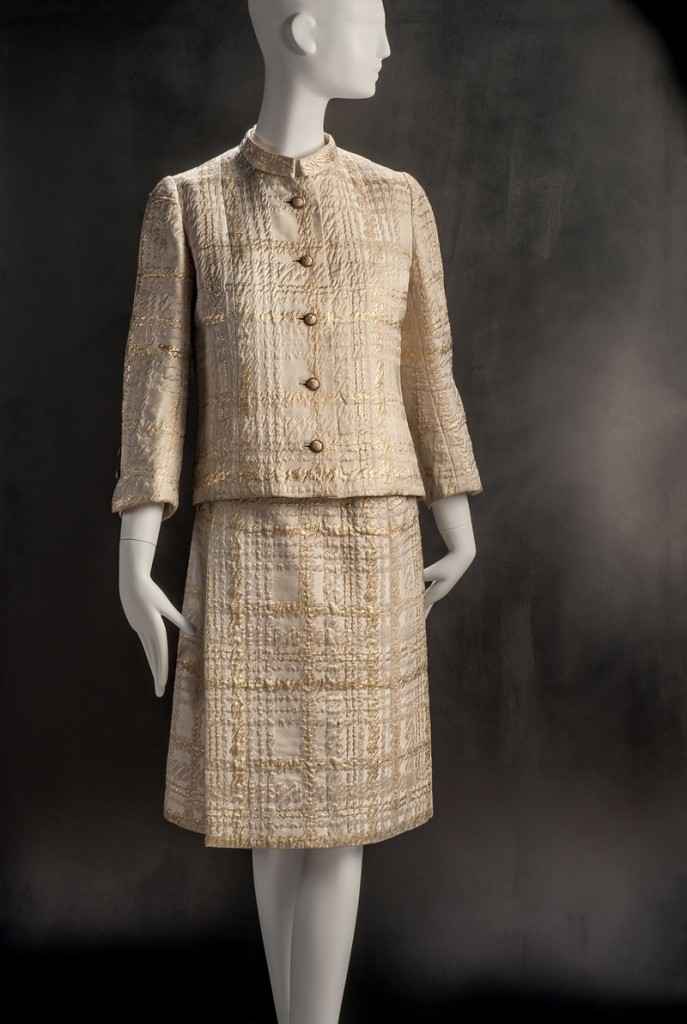Gabrielle Chanel Kostüm, C.H. Kühne & Zn., Herbst/Winter 1966/67, lizensiert von Chanel Seidenbrokat Gemeentemuseum, Den Haag © Draiflessen Collection, Mettingen, Fotografie von Christin Losta