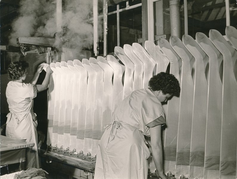 Plastifizieren von Feinstrümpfen in der Formerei der Firma Elbeo Bildnachmweis tim