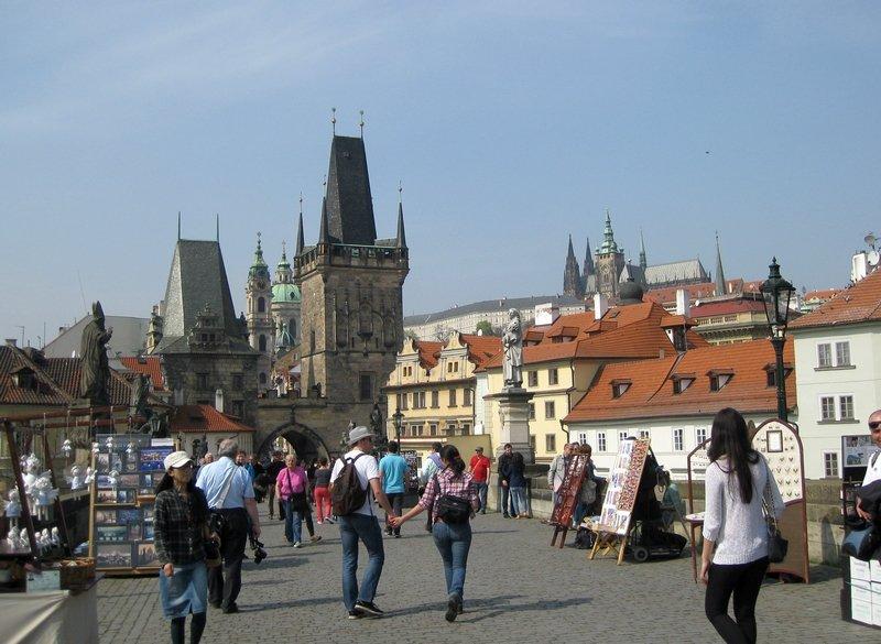 Spaziergang auf der legendären Karlsbrücke mit ihrem von Jazzklängen unterlegten Flair und dem Blick auf die Türme der Kleinseite und auf die Prager Burg