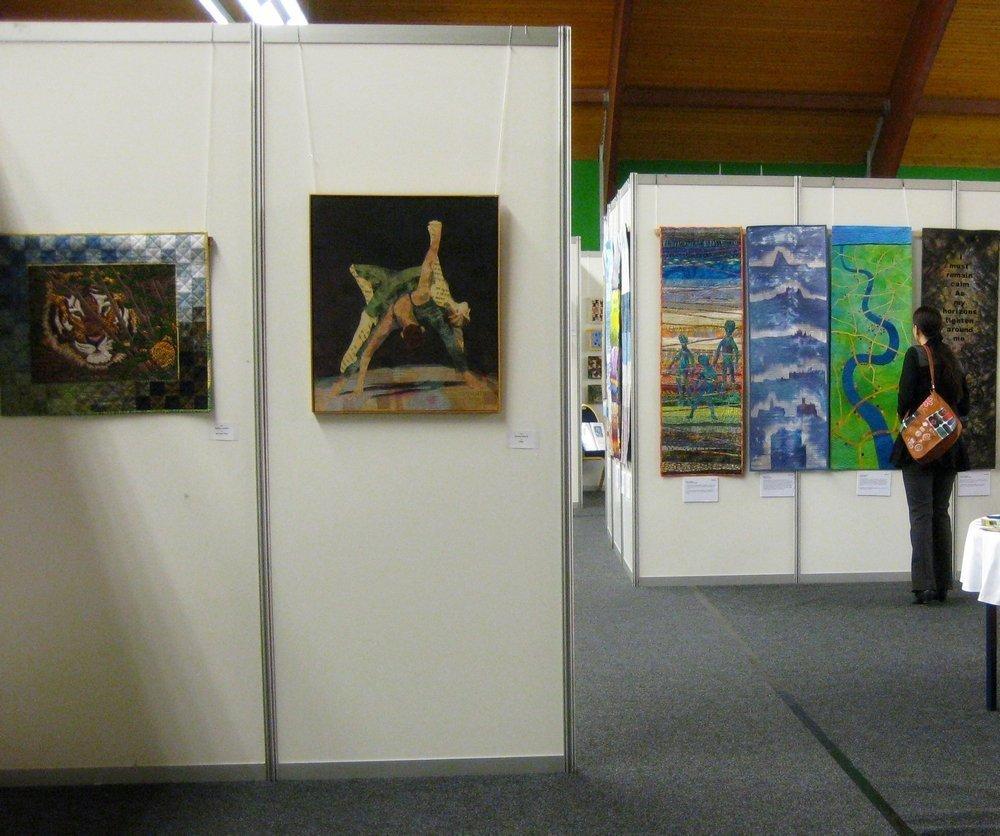 Links vorne: Arbeiten der dänischen Quilterinnen, rechts hinten: New Horizons, Arbeiten, die die britische Gilde repräsentierten