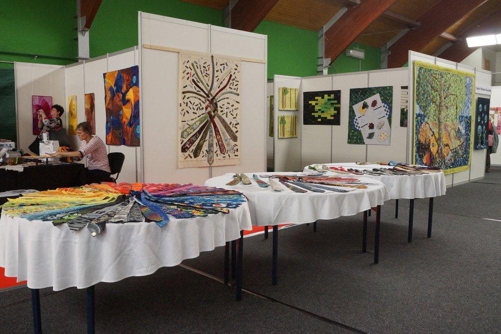 Blick vom meinem Stand hinüber auf die Ausstellung von Barbara Lange (D) am Stand von BERNINA, das Krawattenprojekt und die dänischen Quilts (v.l.n.r.)