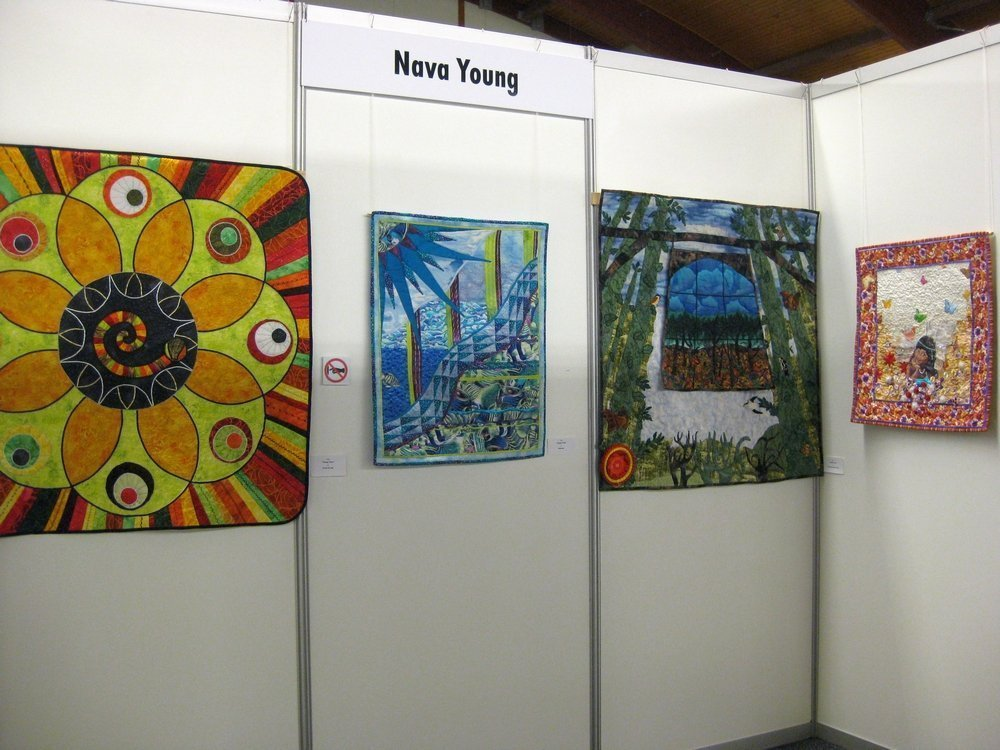 Personalausstellung von Nava Young (UK): Circle of Life, Seascope, Treasures of the Forest, Anita Young (v.l.n.r.)
