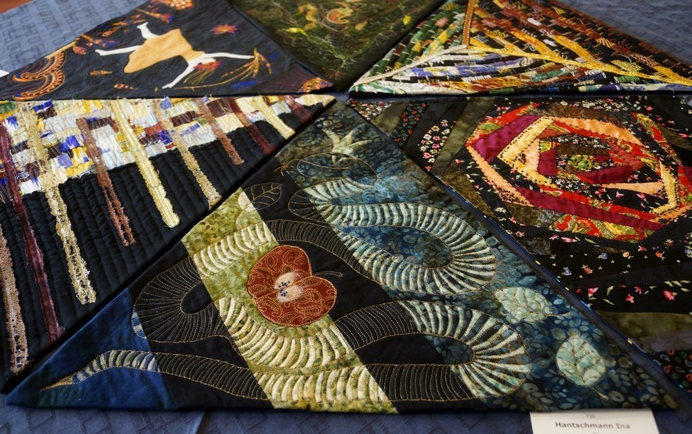 Auf diesem Tisch liegen u.a. die Arbeiten von Ina Hantschmann (D), Sabine Ruscher (D), Renate Wilde (D) und Sabine Frank (D)