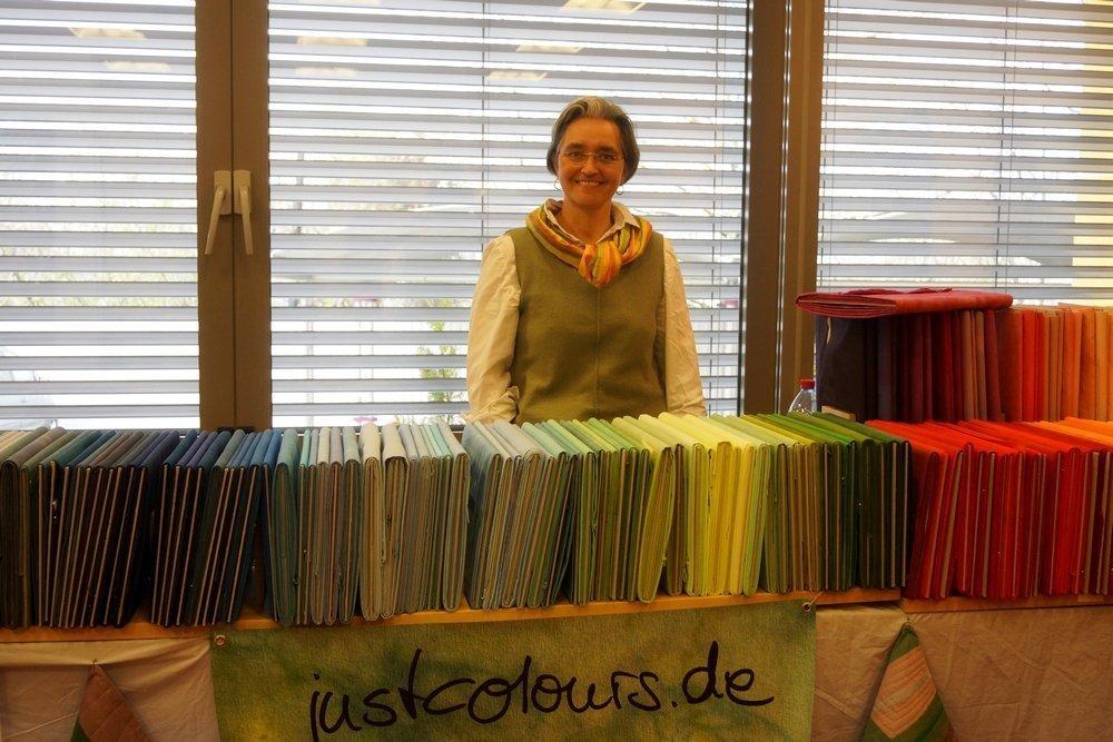 Uta Lenk (D) an ihrem Stand mit selbst gefärbten Stoffen