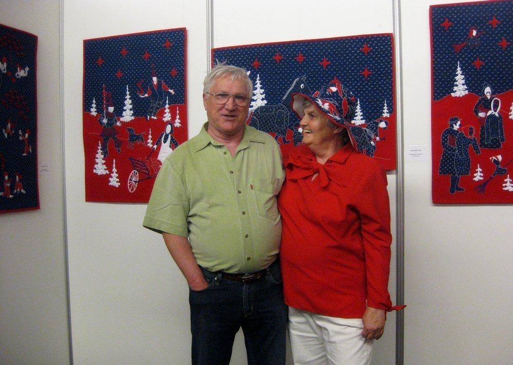 """Vera Skockova und Mann vor ihrer Ausstellung """"Wallachia Quilts"""""""