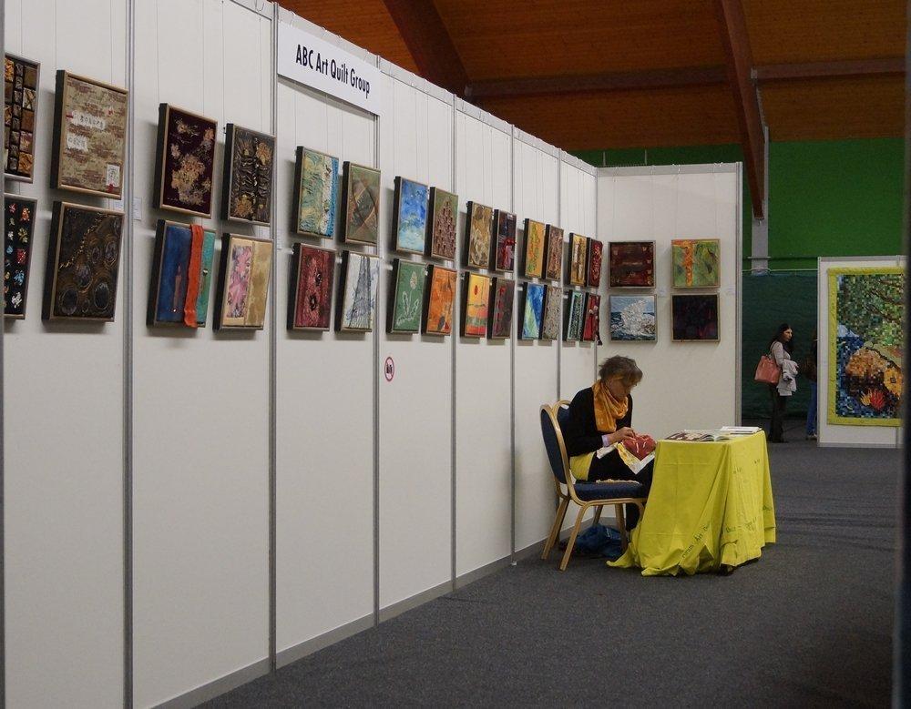 """Blick auf die Ausstellung """"ART-QUILT-ABC"""" der Gruppe Forum Art-Quilt"""