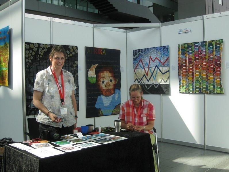 Ausstellung 'Textile Farbspiele' von Monika Flake (links im Blid)