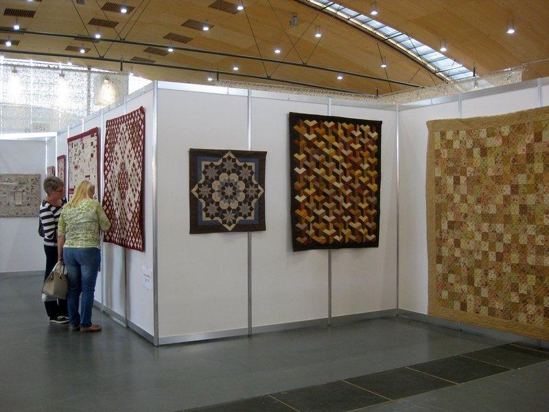 """Blick in die Ausstellung """"Le bonheur est dans le pré / Das Glück liegt auf der Wiese"""" von Marie Suarez"""