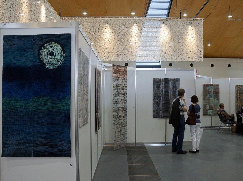 """Blick in die Ausstellung """"Inside Passage"""" von Claudia Helmer, links vorne ihre Arbeit 'Blue Moon'"""