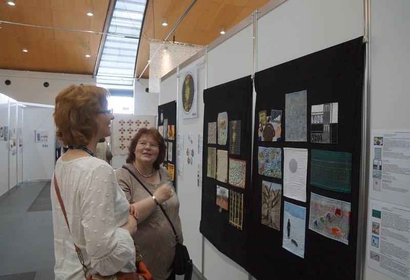 """Blick in die Ausstellung """"Textile News: Langeweile."""" organisiert von Gudrun Heinz"""