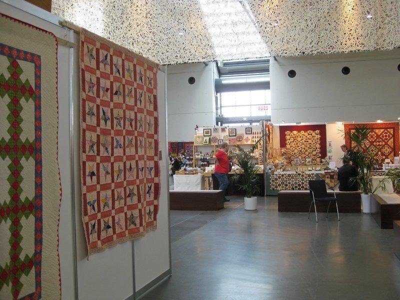 """Blick in die Ausstellung  """"Schätze der Vergangenheit"""" von Evy Verbeek (li)"""