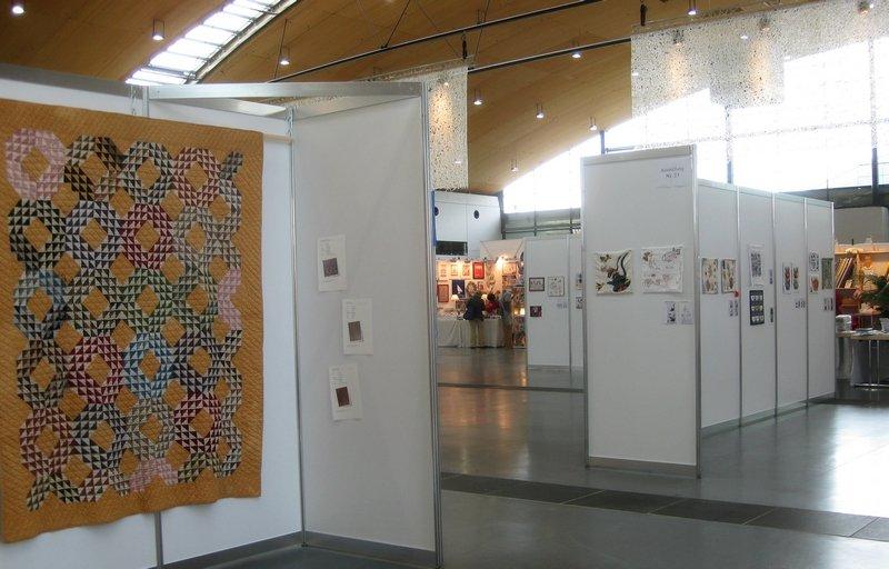 """Blick in die Ausstellungen """"Schätze der Vergangenheit"""" von Evy Verbeek (li) und """"Aus der Küche"""" von Pascale Goldenberg / Deutsch-Afghanische Initiative (re)"""
