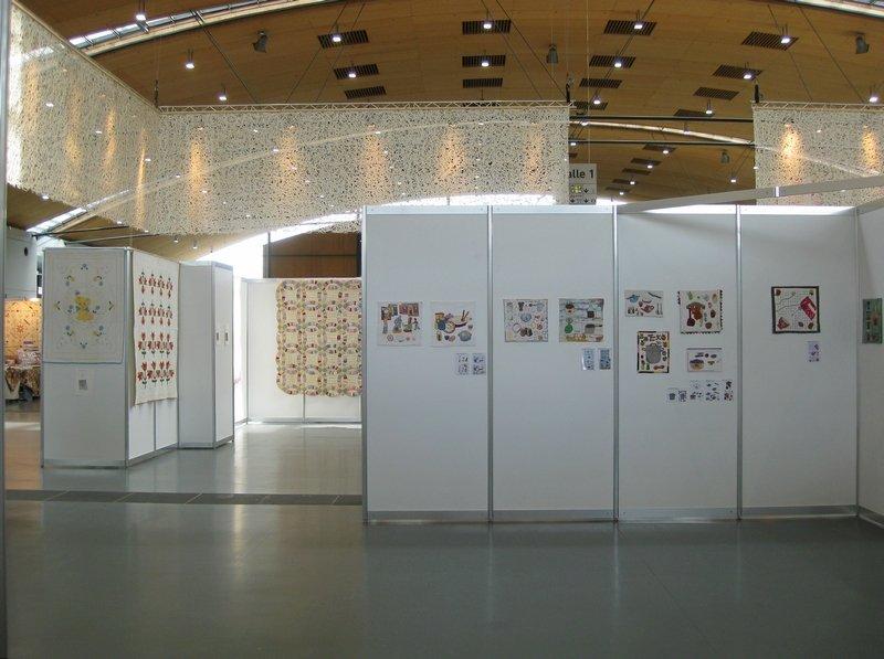 """Blick zurück auf die Ausstellung """"Schätze der Vergangenheit"""" von Evy Verbeek (li) und die Ausstellung """"Aus der Küche"""" von Pascale Goldenberg / Deutsch-Afghanische Initiative (re)"""
