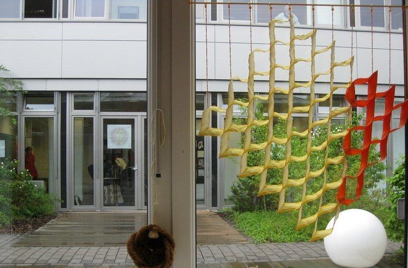"""Blick über den Innenhof hinüber zu """"Textile News: Langeweile."""""""