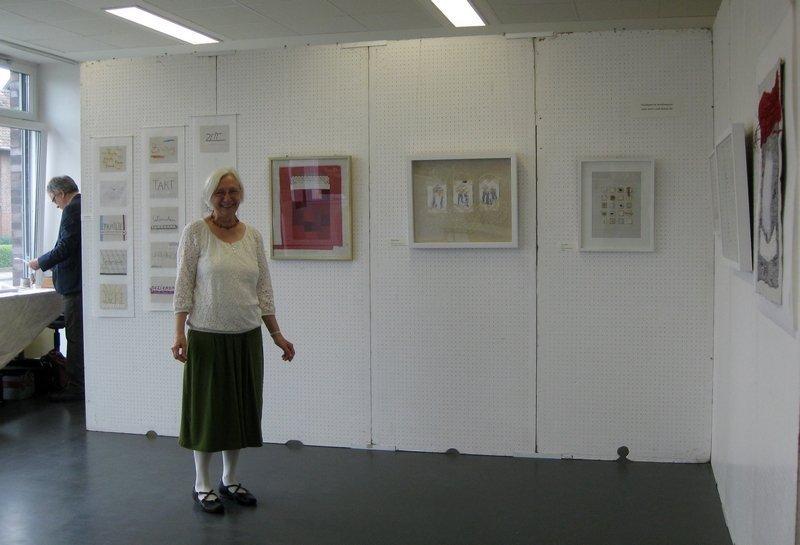 """Heide Mönkemeyer in ihrer Ausstellung """"Vom Gestern ins Heute"""""""