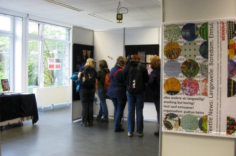"""Blick in die Ausstellung """"Textile News: Langeweile. Boredom. Ennui."""""""