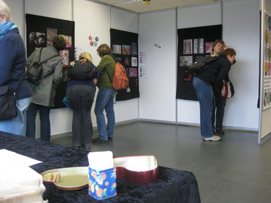"""Blick in die Ausstellung """"Textile News: Langeweile."""""""