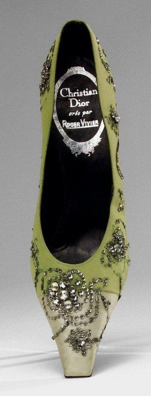 Abendpumps mit Stiletto-Absatz. Seidenrips, Seidensatin, Glas, Silberpailletten. Christian Dior créé par Roger Vivier, 1957 Foto: Deutsches Ledermuseum