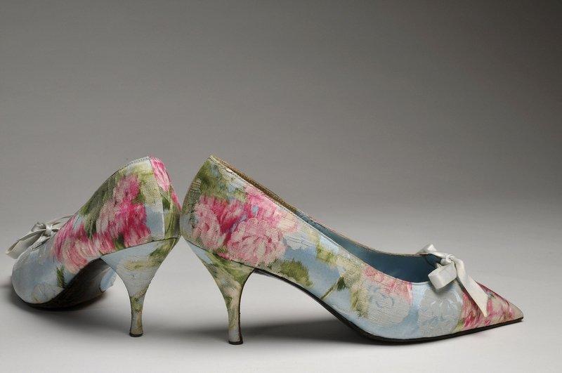 Pumps. Seide Christian Dior créé par Roger Vivier - sur mesure, ca. 1962 Foto: Deutsches Ledermuseum