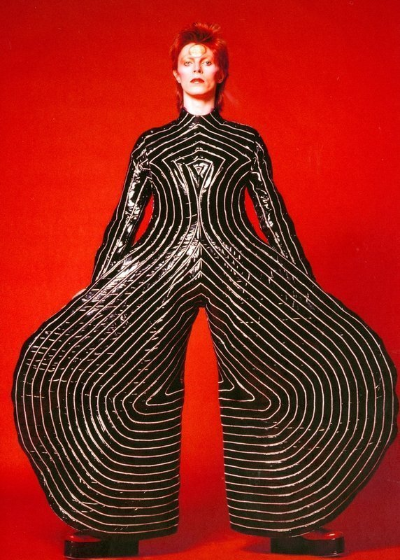 Gestreifter Anzug für die Aladdin Sane Tour, 1973 Entworfen von Kansas Yamamoto Fotografie von Masayoshi Sukita Sukita © Sukita / The David Bowie Archive