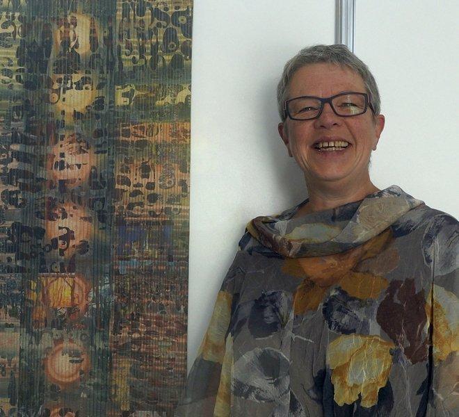 Claudia Helmer neben ihrem Quilt 'Strandspaziergänge' (Detail) Foto: Dr. Wolfgang Heinz