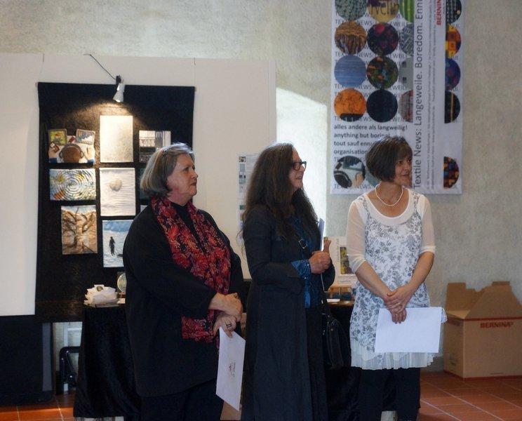 Die drei Preisträgerinnen bei der Vernissage und vor der Preisverleihung des Wettbewerbs 'Fadenspannung'