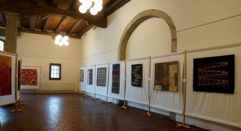 Blick in die Ausstellung 'Fadenspannung'