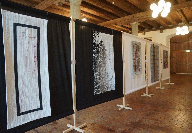 Blick in die Ausstellung 'Fadenspannung mit der Arbeit 'Nussbaum-Nadelspitze' (zweite von links)