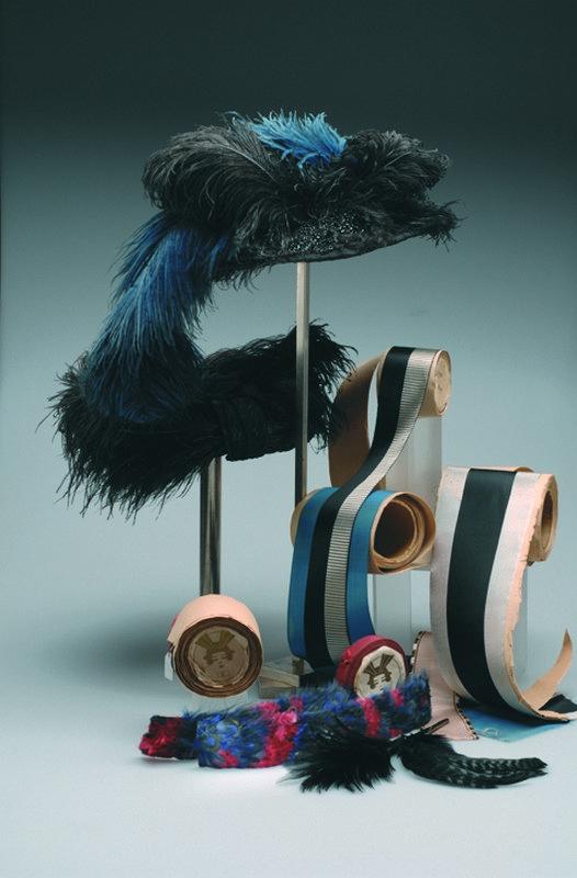 Nicht nur Form, Material und Farbe, oft machte der Aufputz den besonderen Reiz aus, zum Beispiel mit exotischen Federn und Bändern. Foto: Jürgen Hoffmann © LVR-Industriemuseum
