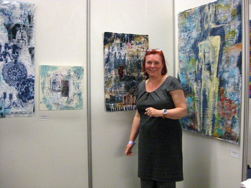 Britta Ankenbauer in ihrer Ausstellung in Prag Foto: Gudrun Heinz