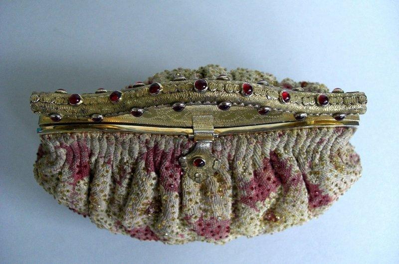 Tasche aus Stoff gewebt, bestickt, handgearbeitet mit vergoldetem Metallbügel, um 1920 Foto: © Ingrid Buresch