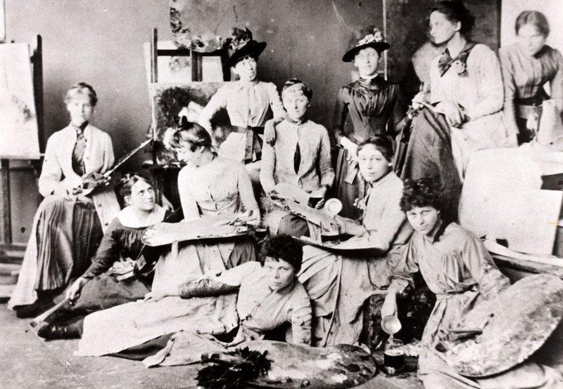 In der Münchner Damen-Akademie: Käthe Schmidt (verh. Kollwitz) zwischen Maria Slavona (vorne rechts) und Rosa Pfäffinger (vorne liegend) sitzend  Fotografie, 1889 © Privatbesitz, München
