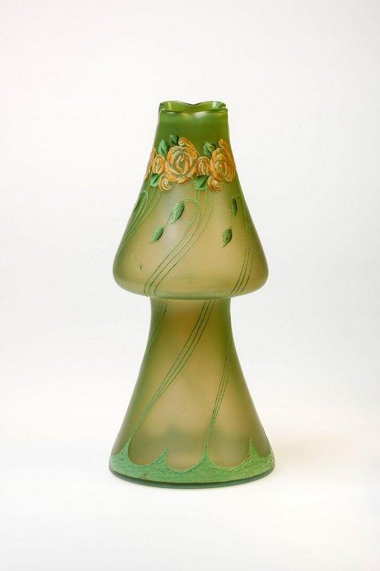 Vase mit Rosenbordüre Dekorentwurf: Betty Heldrich Ausführung: Ferdinand von Poschinger, Glashüttenwerke Buchenau um 1900 © Münchner Stadtmuseum