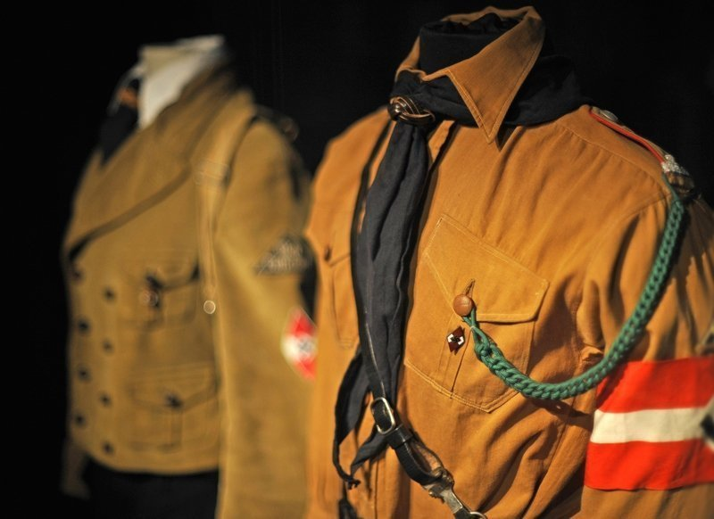 Uniformen der 'Hitler-Jugend' und des 'Bund deutscher Mädel' Bild: LVR-Industriemuseum