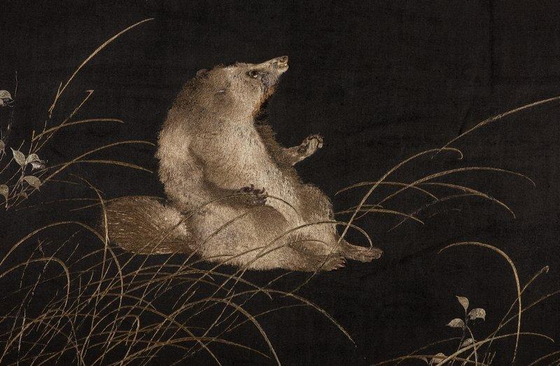 Wandbild (Stickerei) eines den Mond anbetenden Marderhundes, 1892 Foto: Linus Rieser