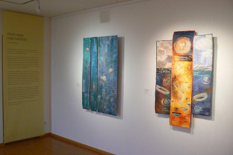 Blick in die Ausstellung: Jutta Briehn: Tiefseeklänge (li) und Bärbel Grünewald: Die Schale bricht (re)
