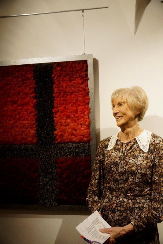 Die Künstlerin neben ihrer Arbeit 'Kreuz-Weg'