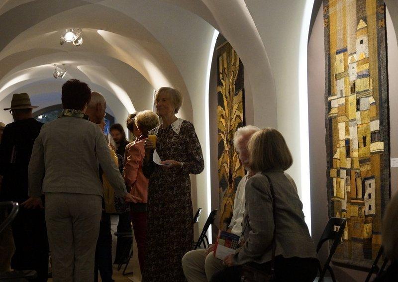 Blick in die Ausstellung 'Bildgewebe - Webgebilde' vorne rechts im Bild: OB-DACH Hanf, Seide, transparente Webtechnik 80 x 180 cm