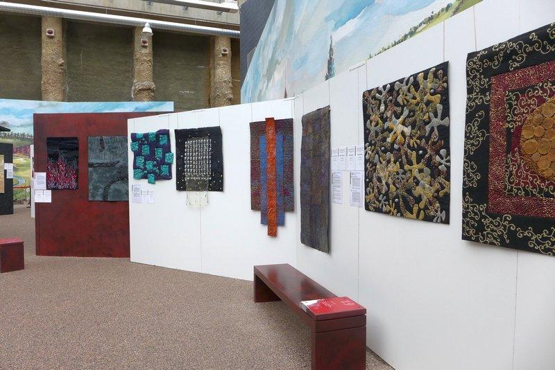 Arbeiten von Grietje van der Veen (CH), Gudrun Heinz (D), Cherilyn Martin (UK), Juliette Eckel (D) (v.l.n.r.)
