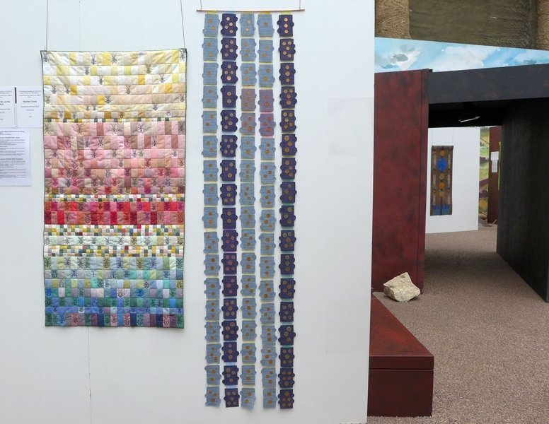 Blick in die Ausstellung 'Das Europäische Patchwork Treffen und seine Künstlerinnen von 1994 bis 2014′ Im Vordergrund: Rosmarie Artmann-Graf (CH): On the Wall, On the Watch, 2006 (li), Starlike Coins, 2013 (re)