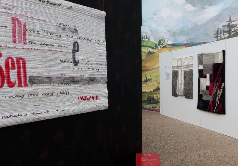 Blick in die Ausstellung 'Das Europäische Patchwork Treffen und seine Künstlerinnen von 1994 bis 2014′ Jette Clover (B): Words 7, 2014, Detail (vorne li) Aina Muze (LV): Linen series, 2006 (li), Stone wall, 2014 (re)