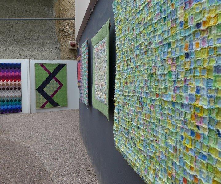 Blick in die Ausstellung 'Das Europäische Patchwork Treffen und seine Künstlerinnen von 1994 bis 2014′ Im Hintergrund links: Arbeiten von Brigitte Albrecht Morgenroth (D), vorne rechts: Arbeiten von Béatrice Lanter (CH)