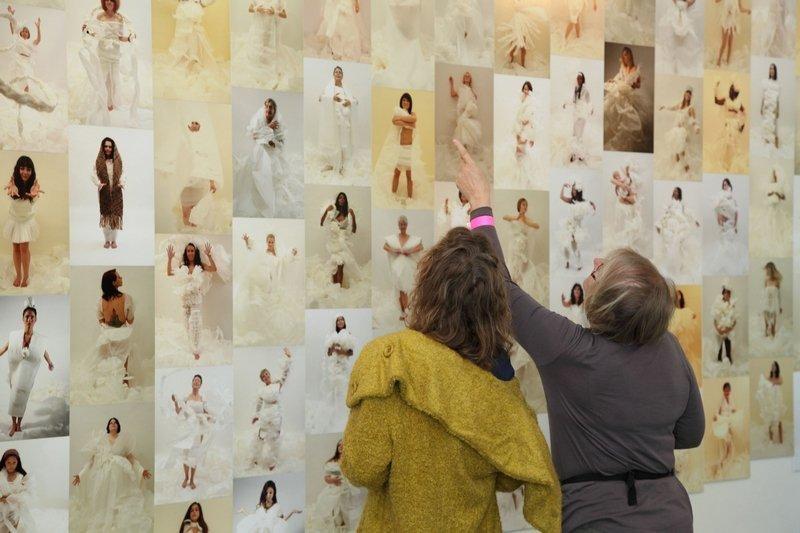 Besucher in der Ausstellung Foto: Sascha Schneider