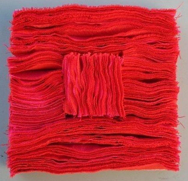 Prof. Hanns Herpich: Rote Schichtung Diese Arbeit wurde bei der IX. Internationalen Ostsee-Triennale der Kleintextilkunst 2013 in Gdynia mit dem Preis des Marschalls der Woiwodschaft Pommern ausgezeichnet.